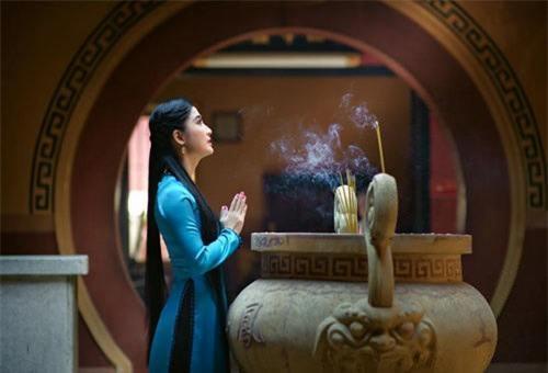 Nếu đi chùa hành lễ, bạn nên chọn trang phục kín đáo, nhã nhặn. Ảnh minh họa.